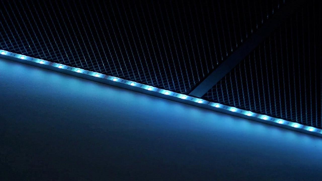 Impianto lineare di illuminazione con strisce led rgb showroom